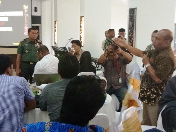 Suasana tanya jawab Panglima XVII/Cenderawasih Mayjen TNI Yosua Pandit Sembiring dengan insan pers Jayapura